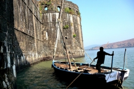 лодка на фоне Джанджиры