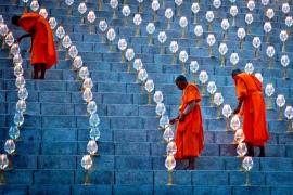 монахи зажигающие лампады