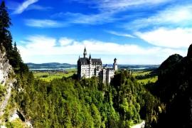 замок Нойшванштайн в горах