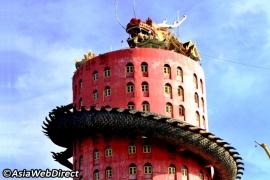 гигантский дракон на здании