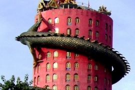 жуткий дракон на доме