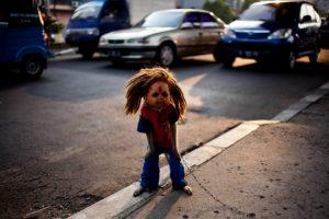 Макака в образе живой куклы