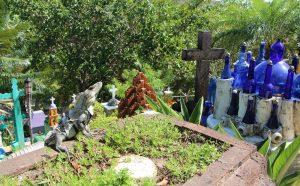Памятник из бутылок с лягушкой
