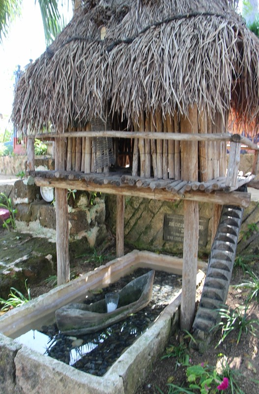 надгробие в виде домика рыбака