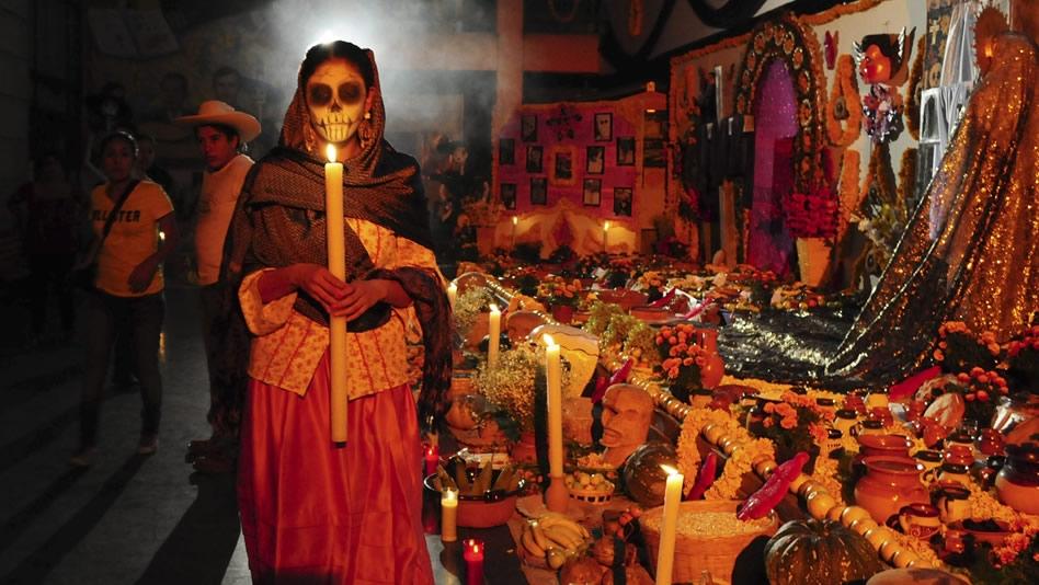 Женщина в гриме со свечой