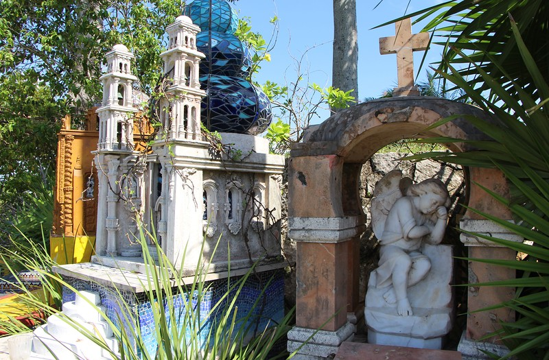 памятник с ангелочком