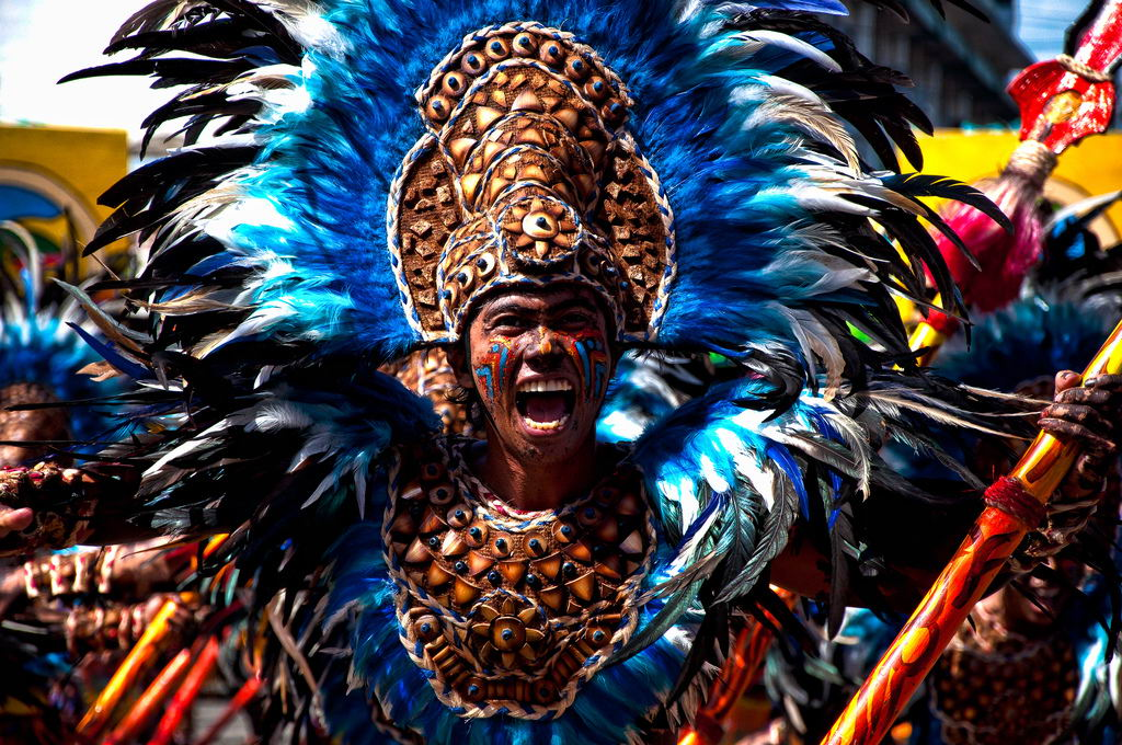 веселье красок фестиваля