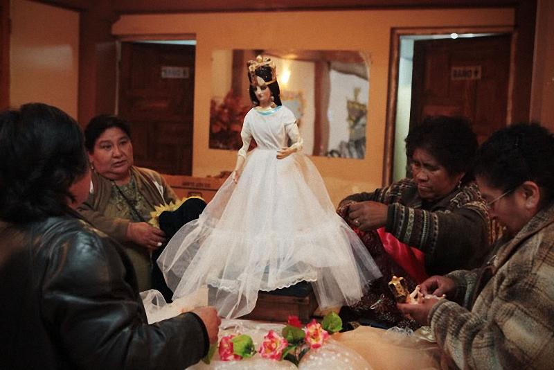 переодевание статуи Девы Марии