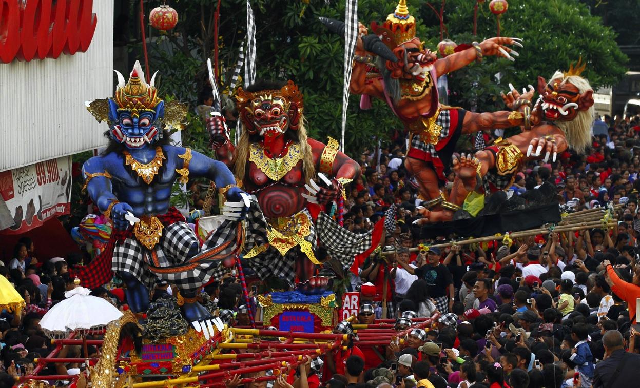 парад фигур папье маше накануне Ньепи