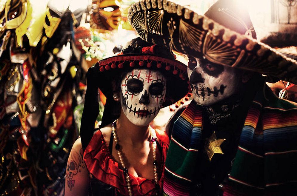 Мужчина и женщина в костюмах Катрины, День Мертвых