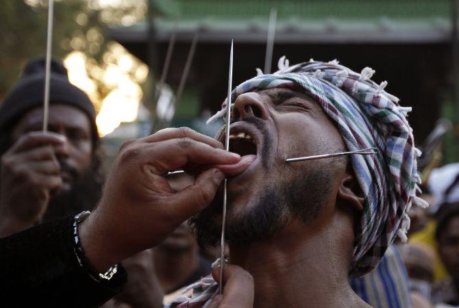 мужчина суфий с проколотым языком
