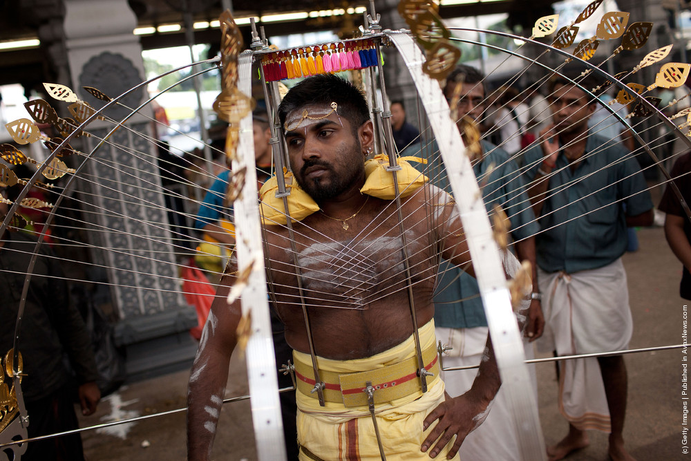 индус в трансе на празднике Тайпусам