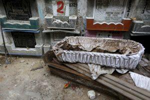 Скелет лежит в гробу, готовый к отправке на кладбище