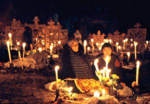 посиделки на кладбище в Мексике