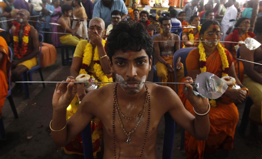 юный индус несет кавади