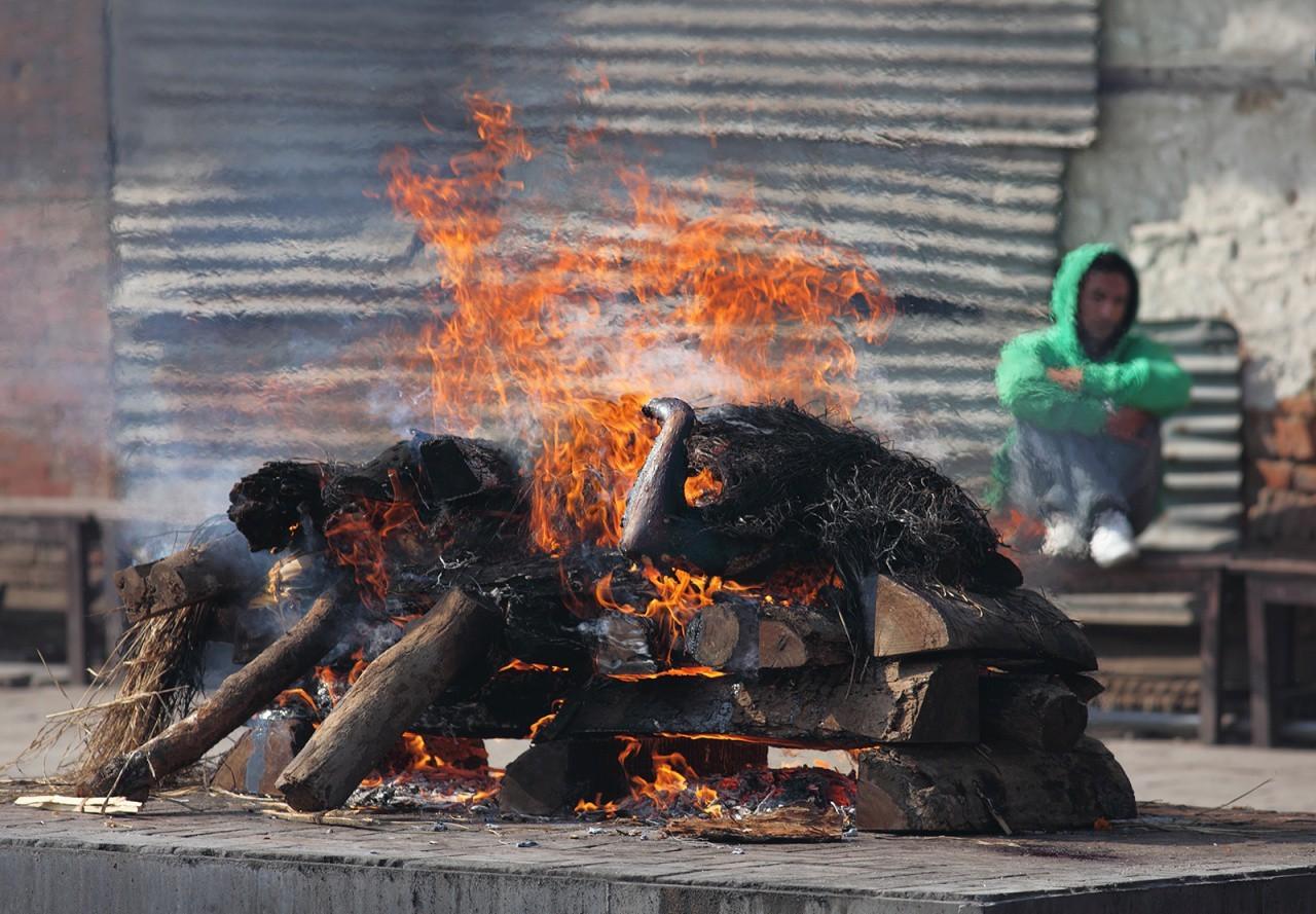 сожжение тела на берегу Ганган