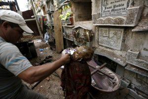тяжелая работа работников гватемальского кладбища