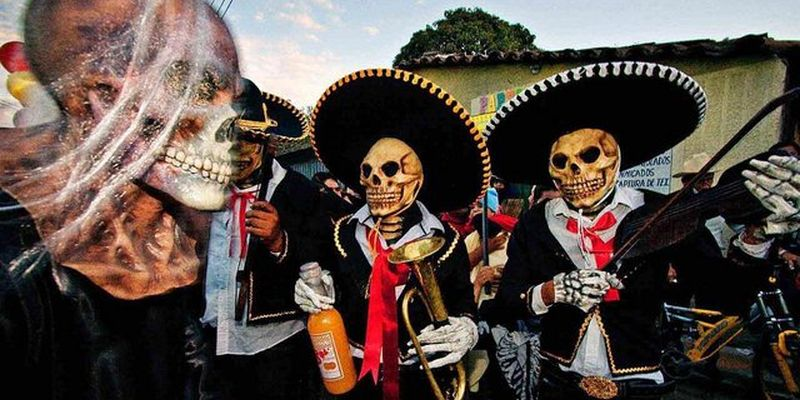 Музыканты участники карнавала Дня Мертвых