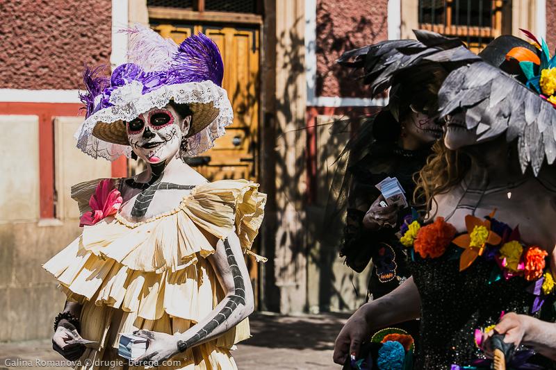 дамы в карнавальной раскраске на День Мертвых