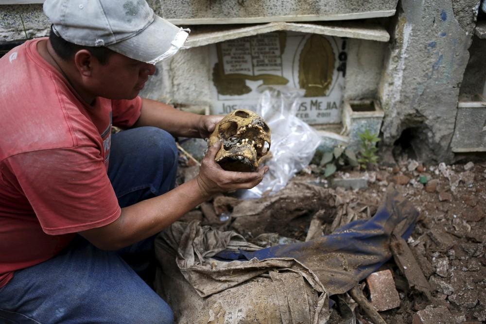 сортировка останков на гватемальском кладбище