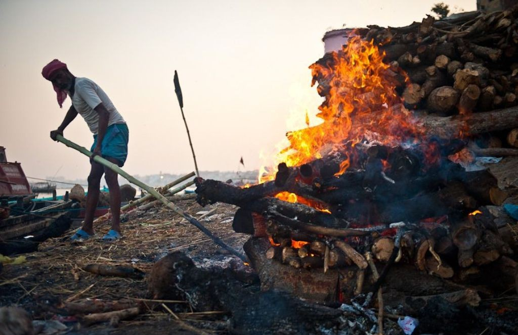 дом раджа поддерживает пламя костра