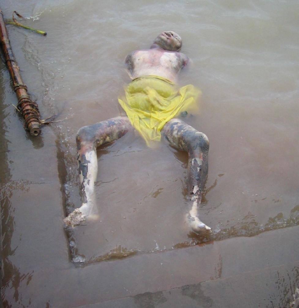 плавающие в Ганге тела