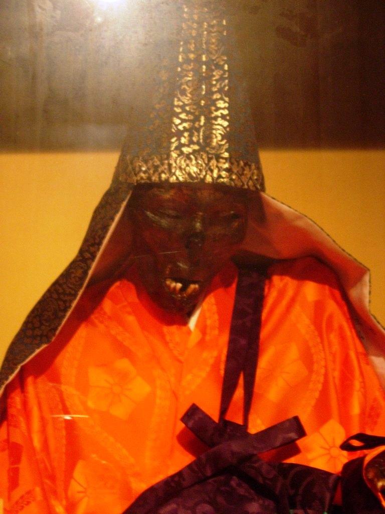 монах в оранжевых одеждах
