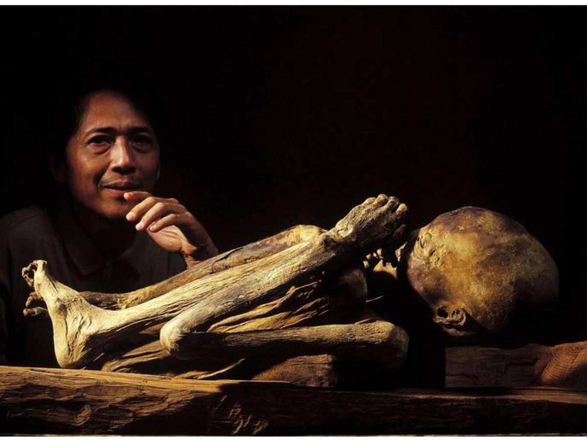 археолог и мумия