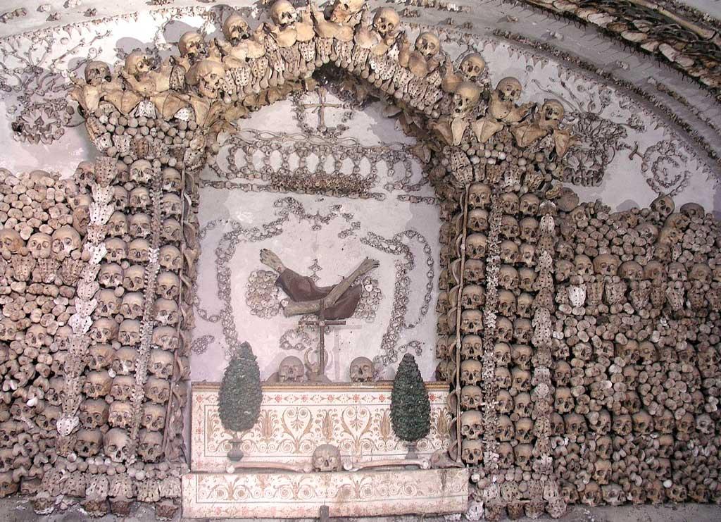 алтарь с костями