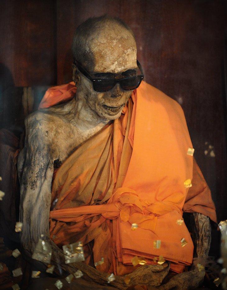 монах в монастыре на самуи