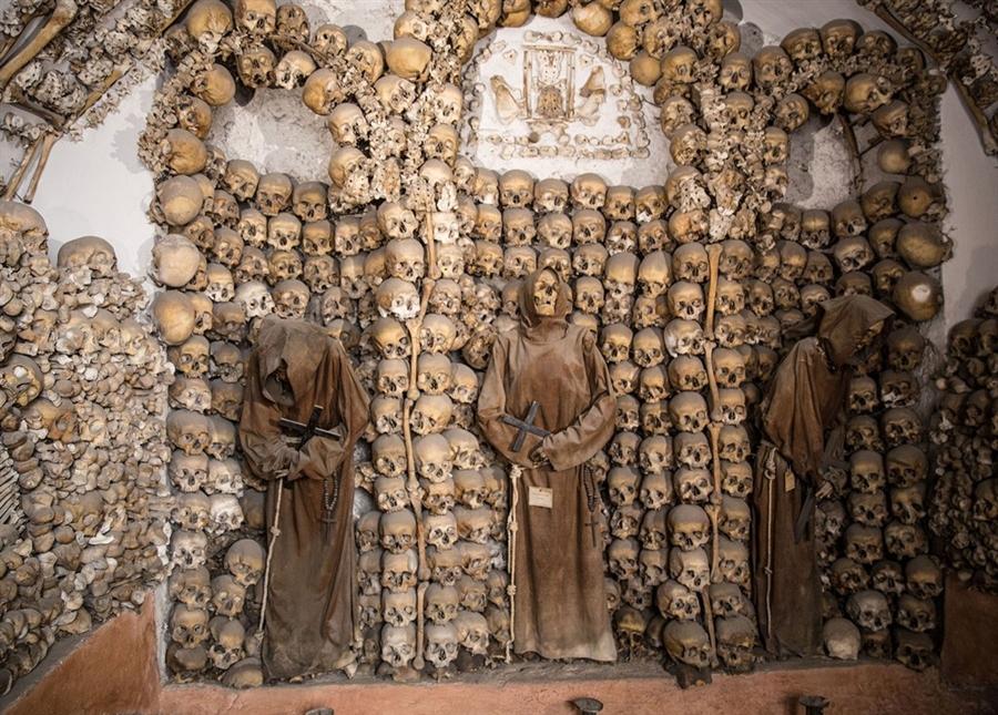группа скелетов в монашьих одеждах