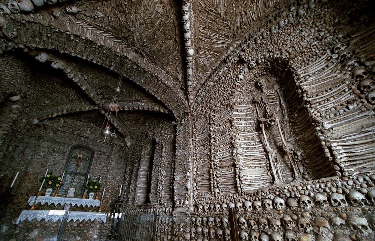 внутреннее убранство часовни костей