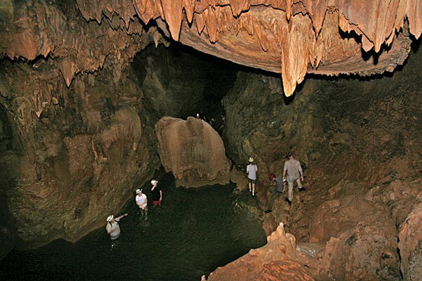 туристы в пещере