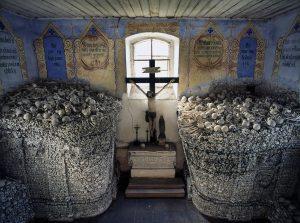 костяная мебель в церкви