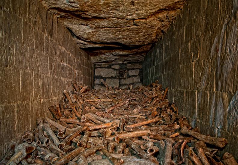 кости в склепе