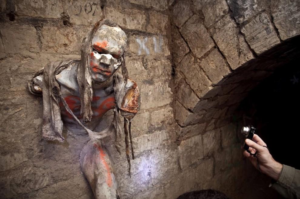 человек, застрявший в стене