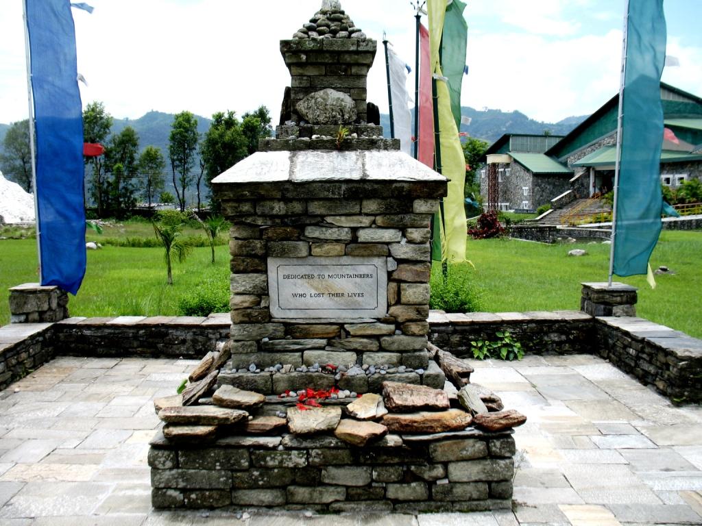 памятный знак у музея альпинизма