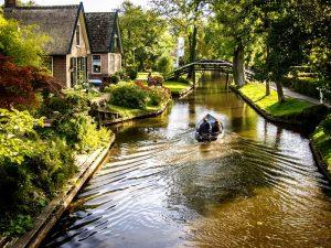 канал и лодка