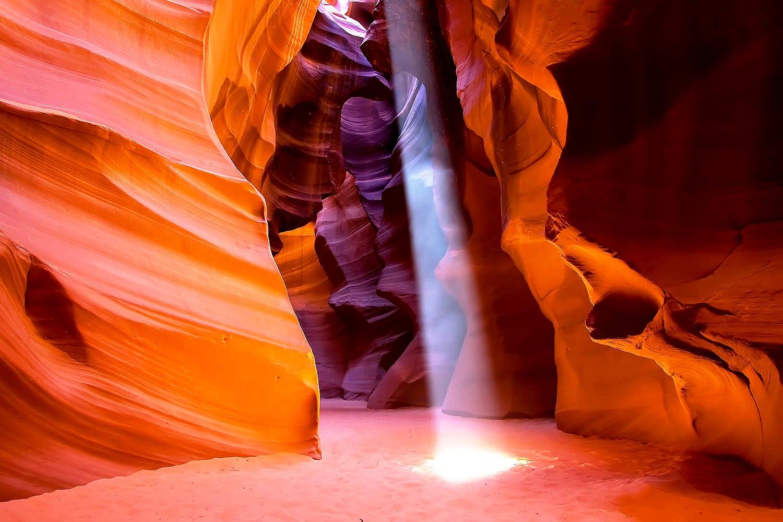 водопад света в каньоне