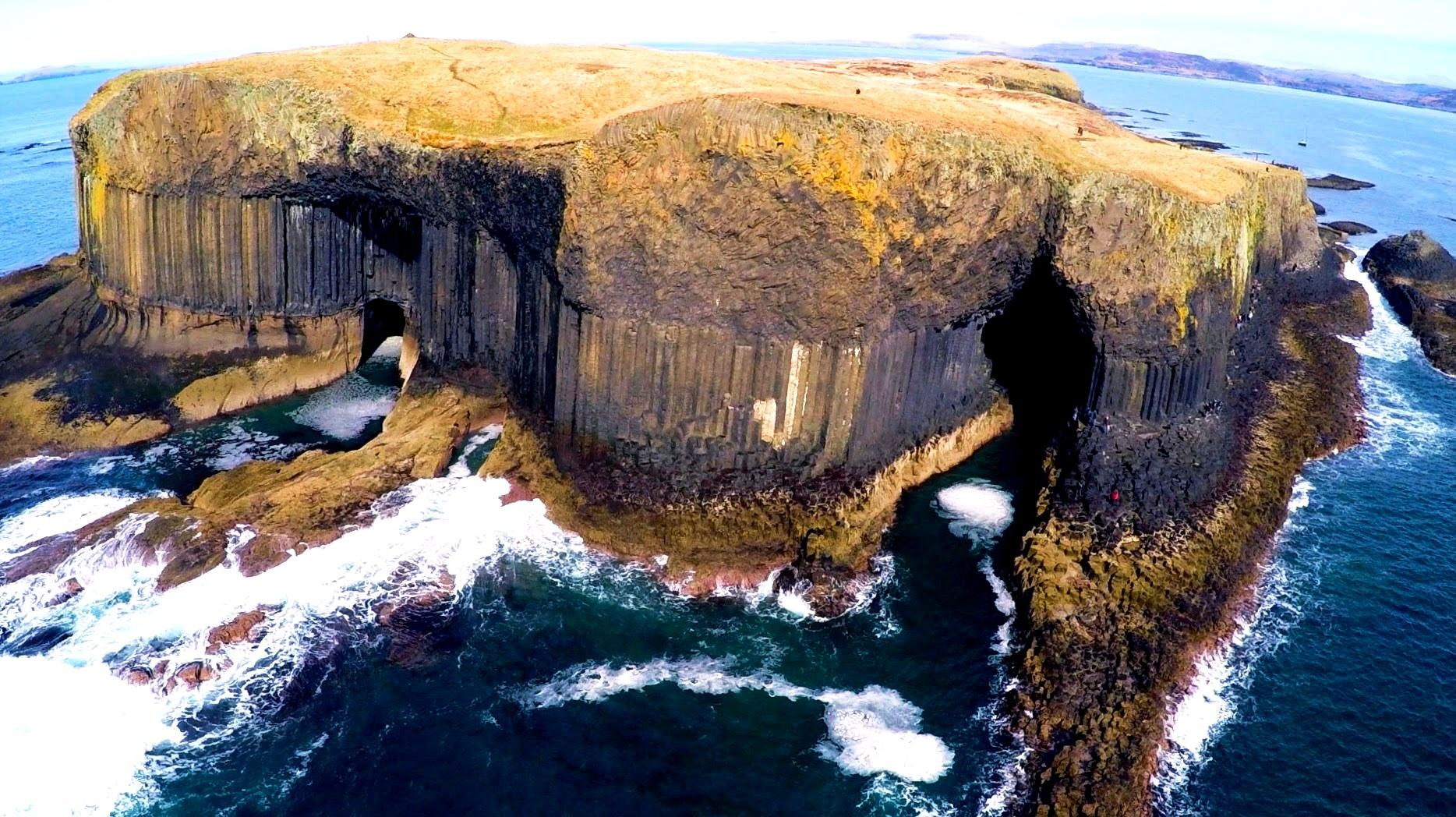 вид сверху на пещеру фингала