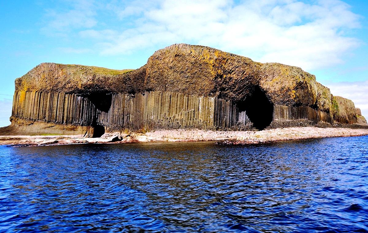 вид с моря на фингалову пещеру
