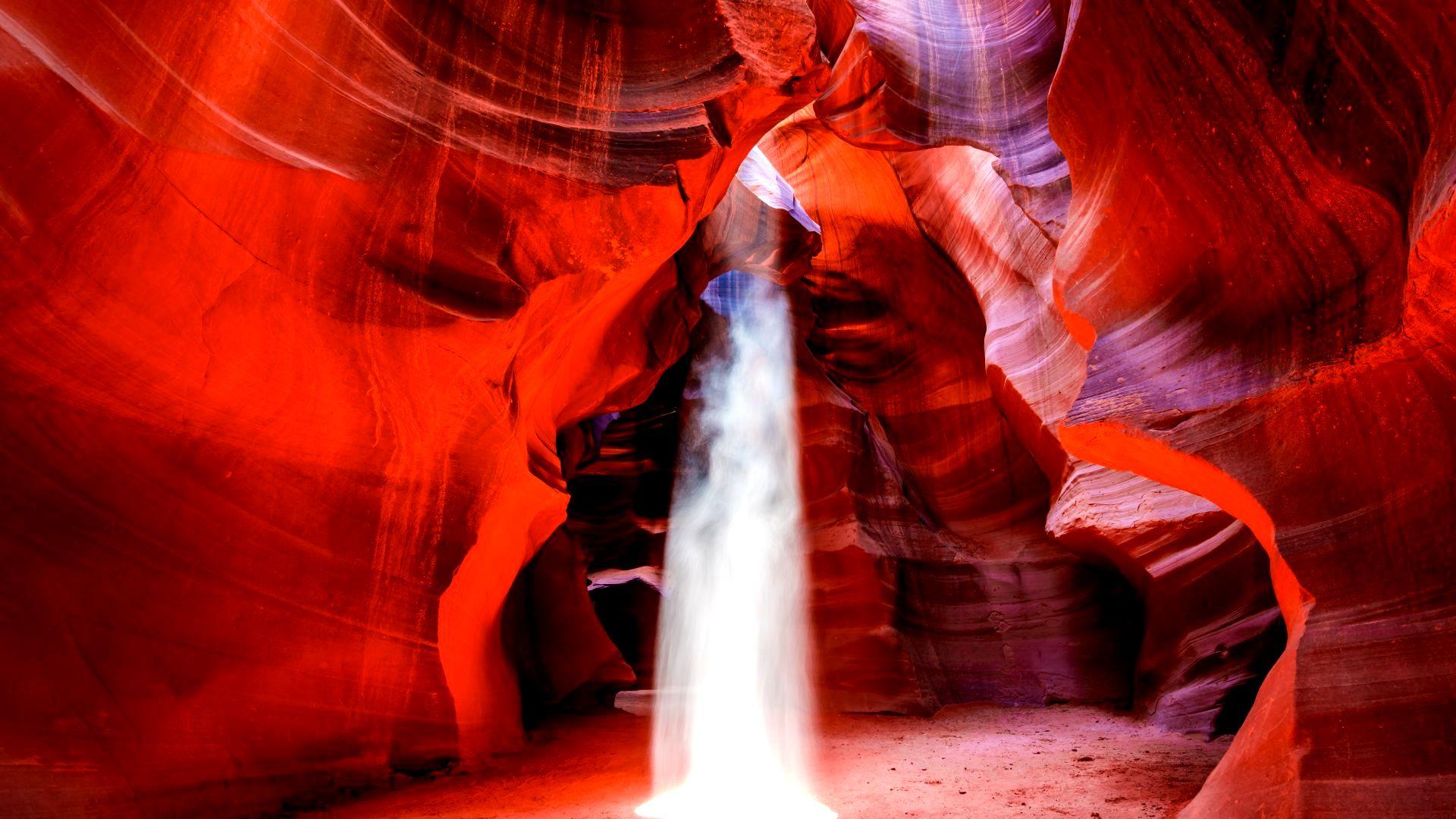 поток света в каньоне