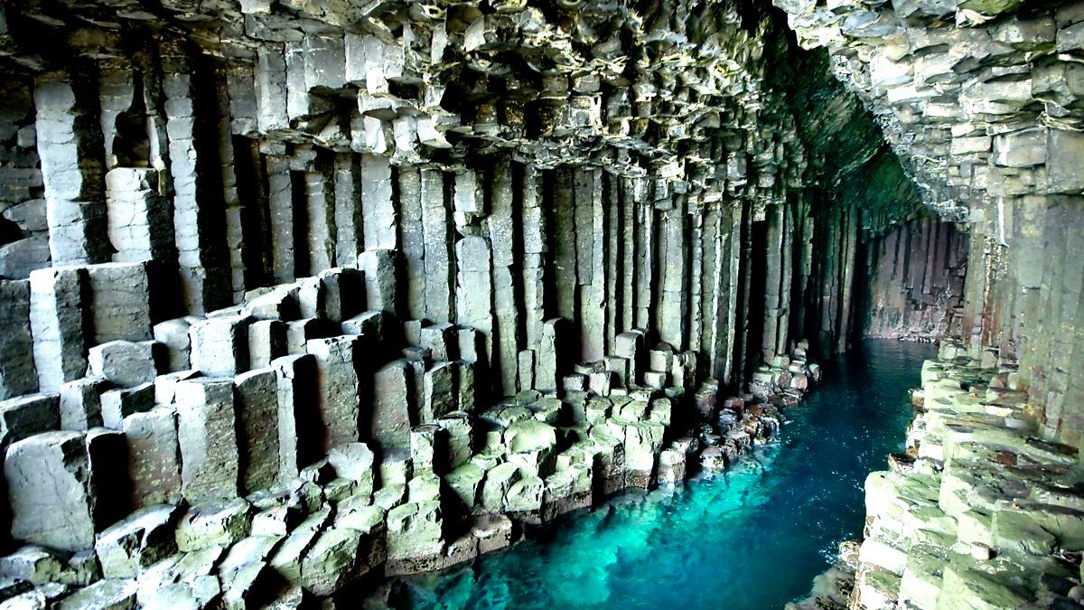 голубая вода в пещере фингала
