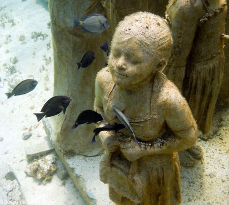 подводная скульптура девочки