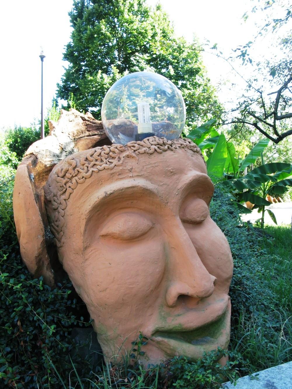 скульптура со стеклянной сферой