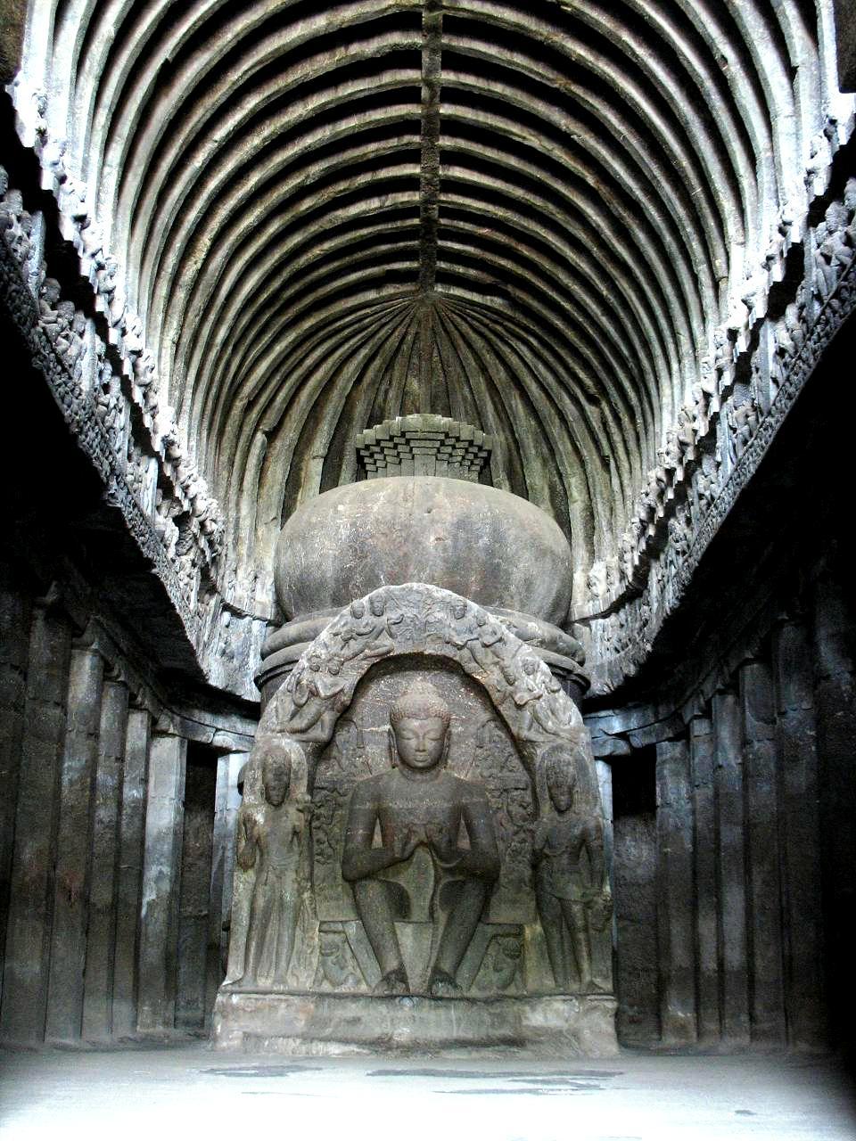 пещера с сидящим буддой в эллоре