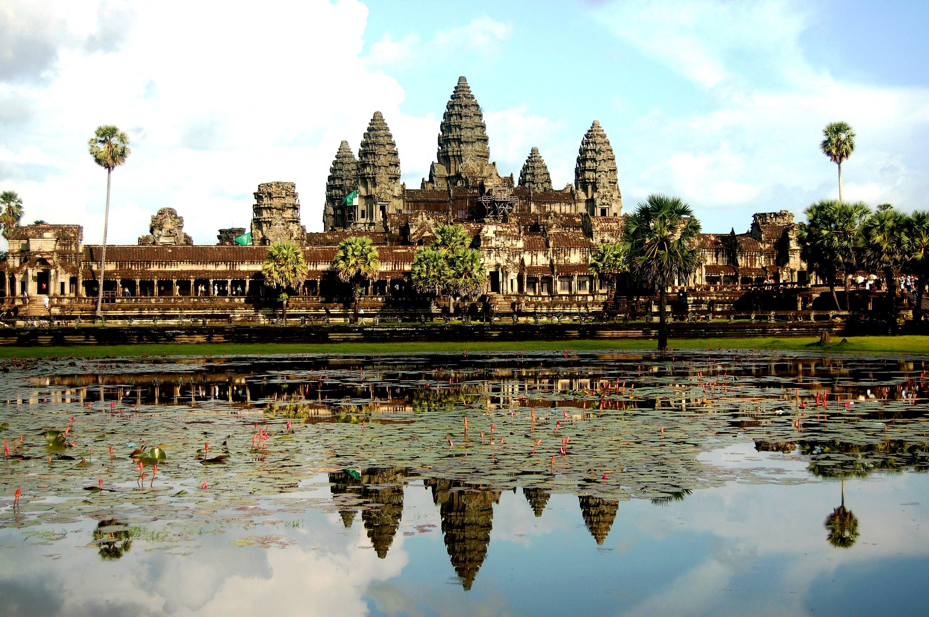 отражение в воде храма ангкор