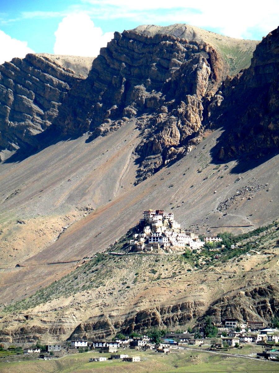 скалы и монастырь ки гомпа