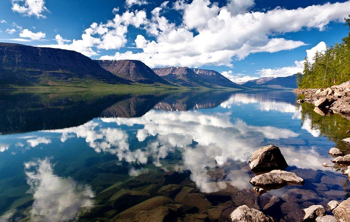облака в озере на плато путорана