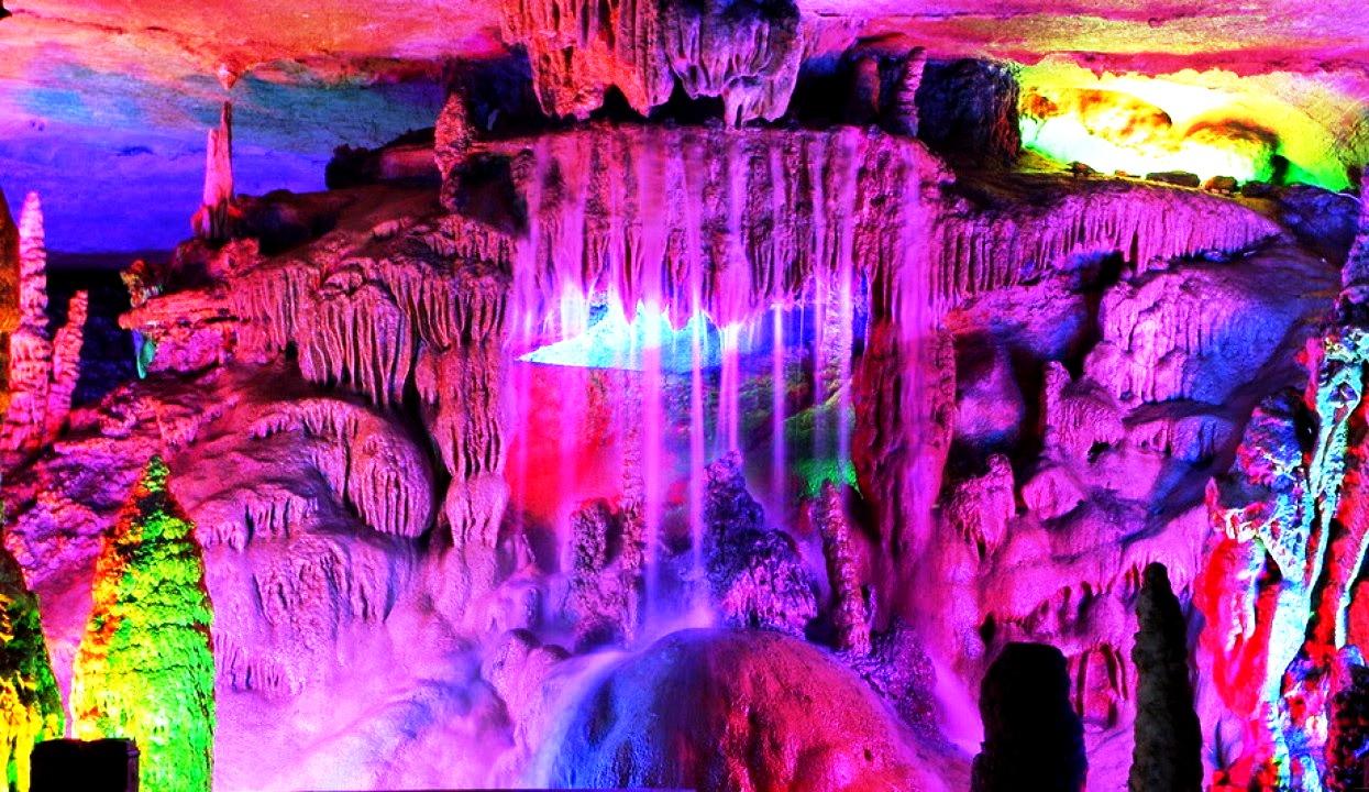 фиолетовая подсветка в пещере